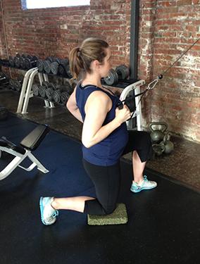 prevent-csection-half-kneeling-row-pregnant-284x375
